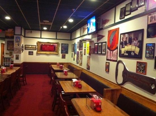 Flying Pie Pizzeria : dining room