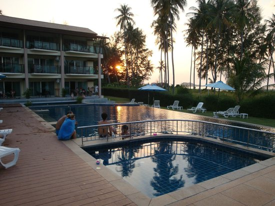 Lanta All Seasons Beach Resort & Spa:                   Pool area