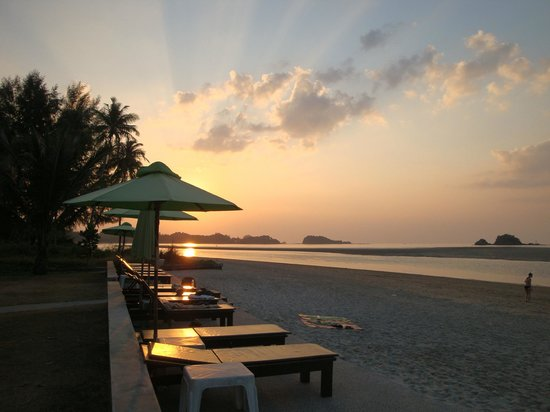 Lanta All Seasons Beach Resort & Spa:                   Beach with tide out