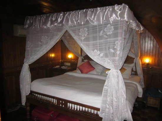 Punnamada Resort: Bed with mozzie nets