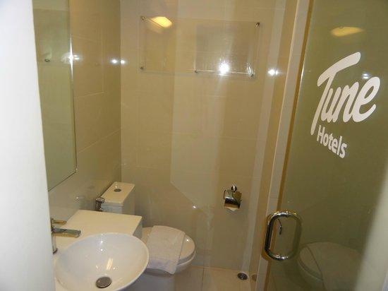 Red Planet Makati, Manila: clean bathroom