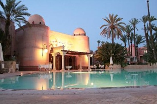Palais Mehdi :                   En soirée au bord de la piscine