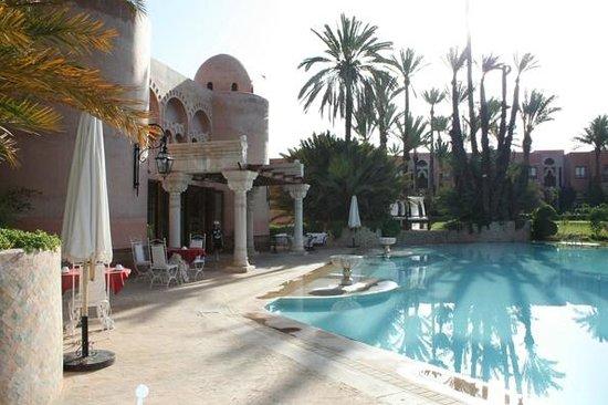 Palais Mehdi :                   Petit-déjeuner au bord de la piscine