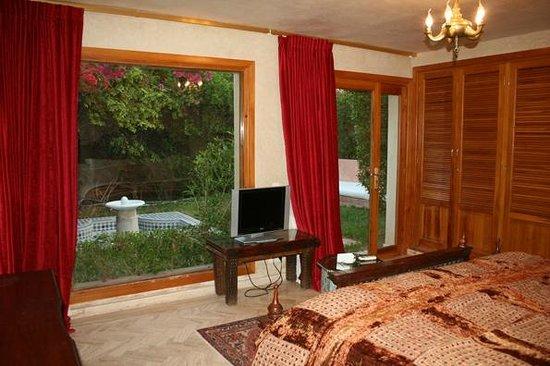 Palais Mehdi :                   Chambre principale de l'appartement avec patio privé