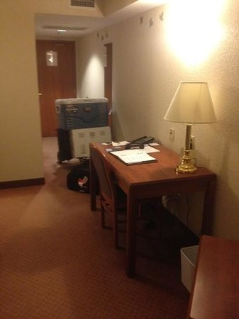 Four Points by Sheraton Winnipeg International Airport:                   desk
