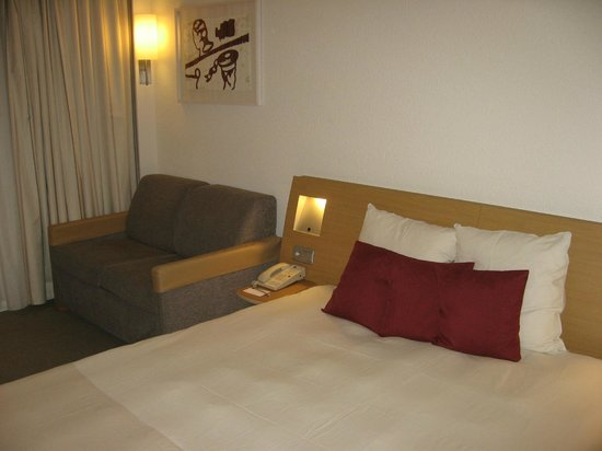 Novotel Brussels Airport:                   Bed and sofa