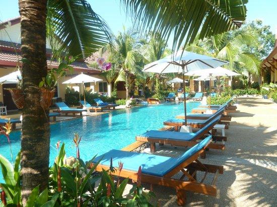 Le Piman Resort:                   La piscine entourée des bungalows