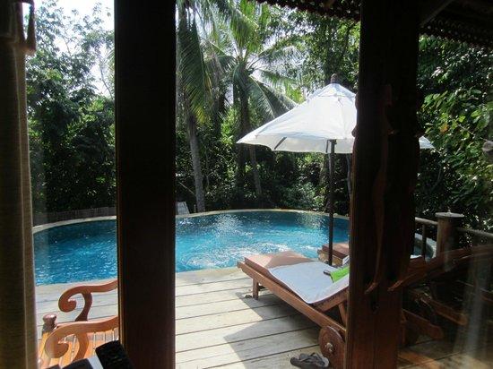Santhiya Koh Phangan Resort & Spa:                                     Vue sur la piscine depuis le lit