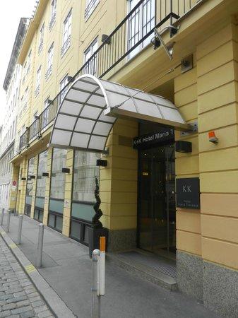 K+K Hotel Maria Theresia:                   Вход в отель с тихой улочки