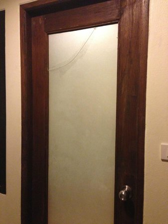 Sita Beach Resort & Spa:                   Cracked glass Bathroom door