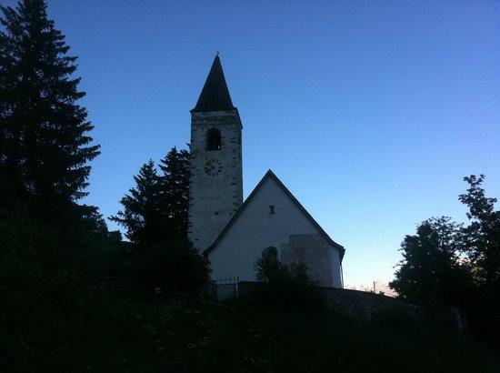 Piz Linard:                   Die Kirche von Lavin.