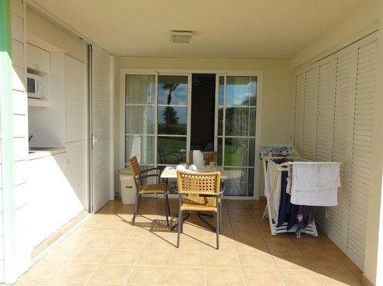 Pierre & Vacances Village Club Sainte Luce:                   la terrasse et sa cuisine sur la gauche