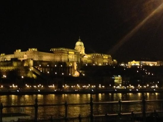Budapest Marriott Hotel:                   vista notturna dalla camera