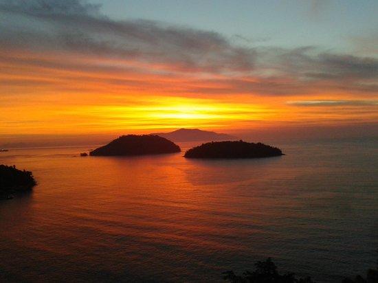 Hotel Porto Real:                   o sol nascendo em mangaratiba