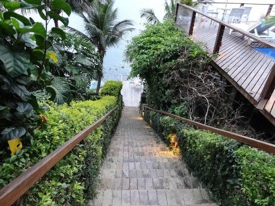 Barra do Piuva Porto Hotel:                   Escada para acesso ao Deck da Praia