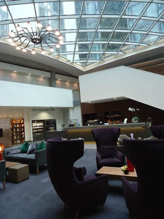 DoubleTree by Hilton Hotel London -Tower of London:                   waiting area