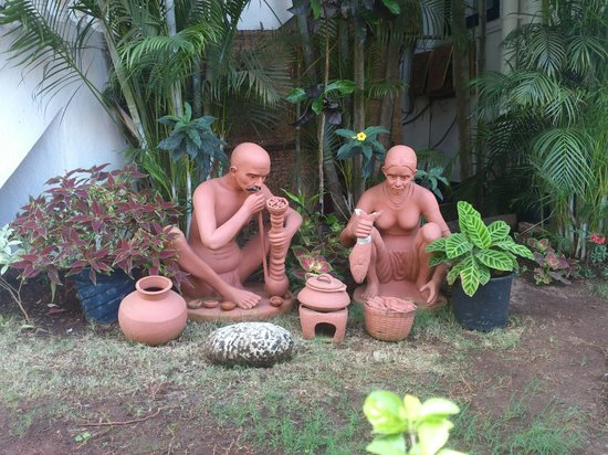 Santana Beach Resort:                   traditional goan statues