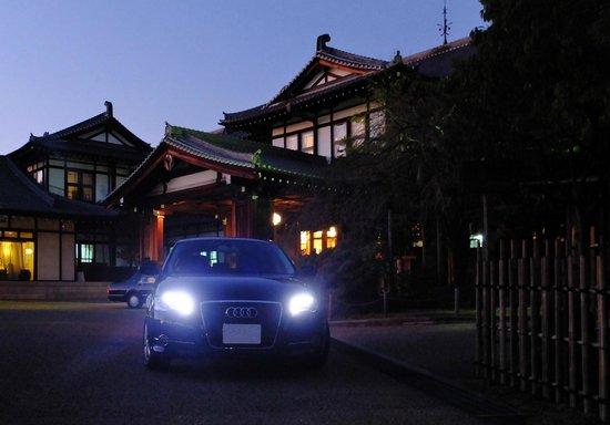 Nara Hotel:                   正面玄関