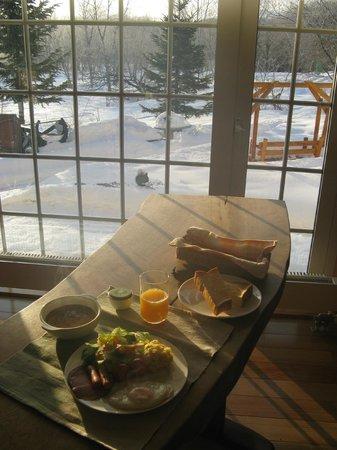 B&B Comehome:                   朝食、おいしかったです。リスも来ていました。