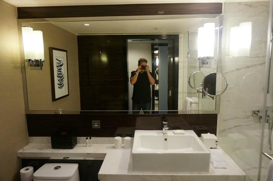 Hong Kong SkyCity Marriott Hotel:                   bathroom