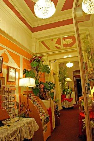 Lyncliff Hotel: Hallway Hotel Entrance