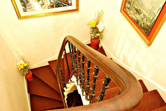 Lyncliff Hotel: Stairway To Dining Room