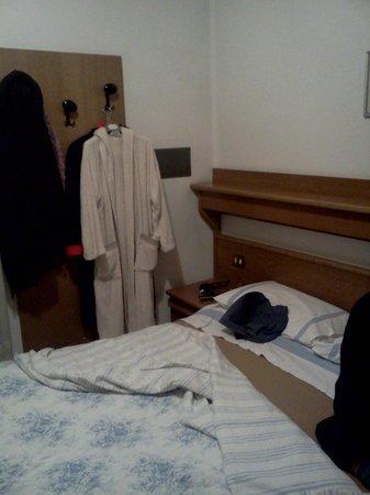 Bella quella mensola sopra la testiera del letto vero for Mensola sopra letto