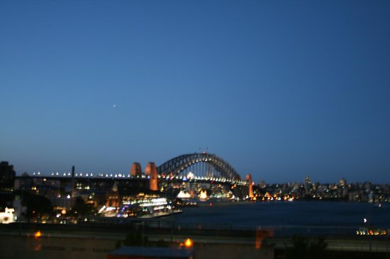 Holiday Inn Old Sydney:                   Harbour Bridge-view from area in front of Hotel.