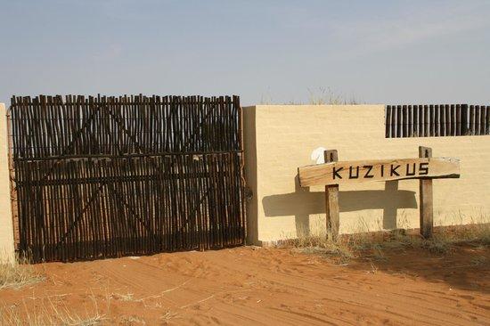 Kuzikus Wildlife Reserve Lodge :                   Tor zur Farm