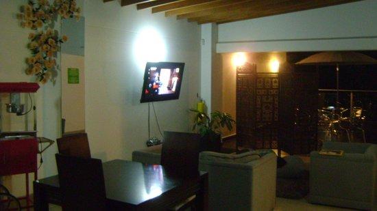 Geo Hostel:                   Sofás confortáveis, bom tapete e super TV
