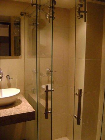 Geo Hostel:                   Box/espelho/água quente