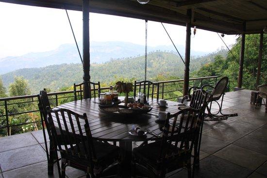 Rangala House:                   Esstisch im Freien