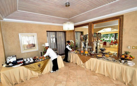 House of Pharaohs Boutique Guesthouse & Conference Centre: Setting up for breakfast