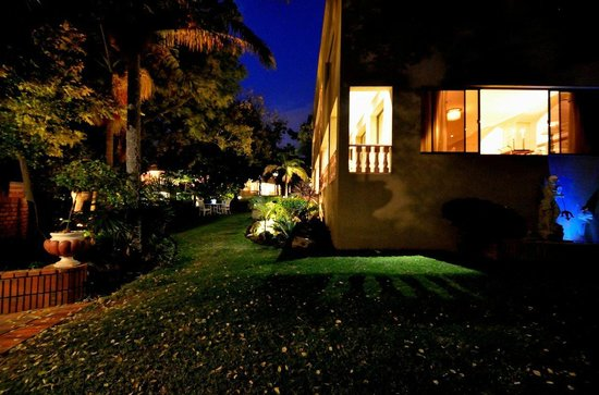 House of Pharaohs Boutique Guesthouse & Conference Centre: View of the gardens & grounds  at night
