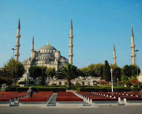 متحف/كنيسة آيا صوفيا (آيا صوفيا):                   فخر العمارة الاسلامية مسجد السلطان احمد                 
