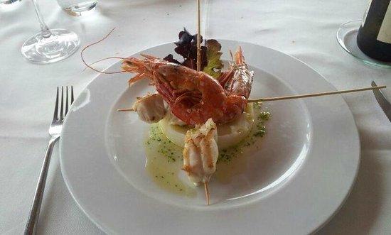 Restaurante Mar de Ardora:                   Brocheta de rape y langostinos