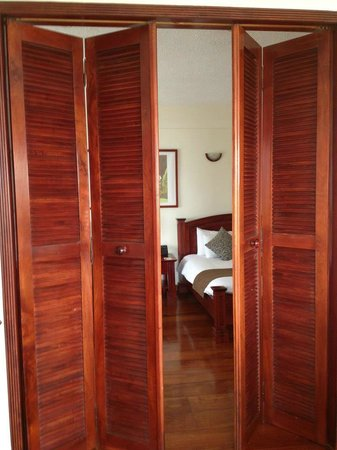 Royal Palm Hotel Galapagos :                   The doors to the bedroom