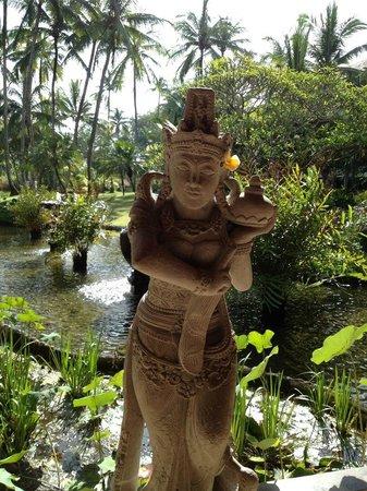 เมเลียบาลีอินโดนีเซีย:                   Balinese sculpture