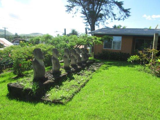 Taura'a Hotel:                   Un tahu, con  7 mohai tallados de piedas volcánicas