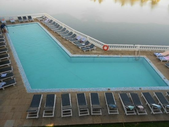 Resorte Marinha Dourada:                   Pool not many sun bed space