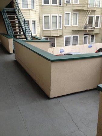 Travel Inn:                   la pente sur le balcon n'est pas voulue.