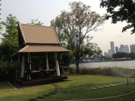 ibis Bangkok Riverside:                   Massage in pool area