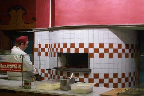 Ristorante Cafè Liberty: il proprieterio/pizzaiolo all'opera
