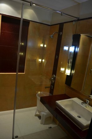 Grand View Hotel:                   Bathroom