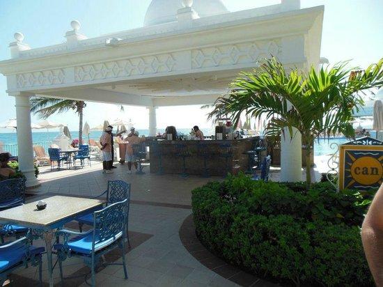 Hotel Riu Palace Las Americas:                   bar al lado de piscina