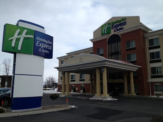 Holiday Inn Express & Suites Niagara Falls:                   front of hotel