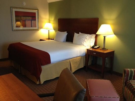 Holiday Inn Express & Suites Niagara Falls :                   room