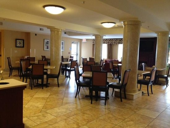Holiday Inn Express & Suites Niagara Falls :                   dining area