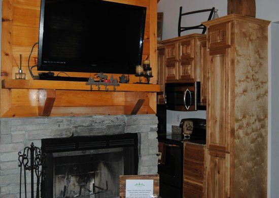Great Branson Cabins:                   Fireplace, large flatscreen TV and awesome kitchen
