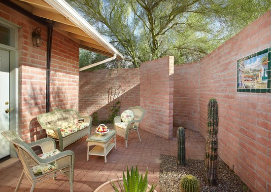 Cactus Cove Bed and Breakfast Inn: Saguaro Outdoor courtyard